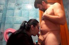 الأفلام المثيرة على الإنترنت مع اللسان الوجه الناضج في مرحاض