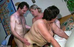 الفتاة تحصل على صديقها ليمارس الجنس مع والدتها المرغوبة