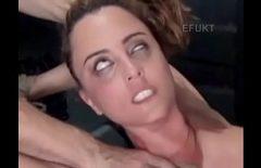 كان يمارس الجنس معها بشدة لدرجة أنها تدحرج عينيها
