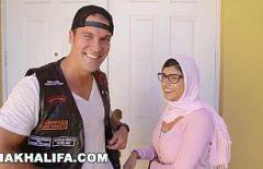 ميا خليفة تصنع فيلمًا إباحيًا جديدًا في عام 2019 مع دجاج يوناني