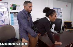 انها تضع الديك في حفرة لها في الجنس المكتب