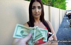 يعطي مالها لجعلها اللسان المنحرف