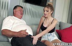 الرجل العجوز الملاعين حفيدته حتى تتعب من بوسها