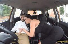 أفلام سكس مجانية مع امرأة سمراء مفلس تقرر ممارسة الجنس في السيارة