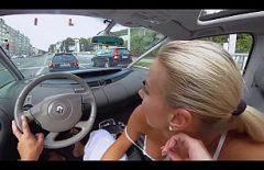 تحب La Pizda التباهي في السيارة وامتصاص القضيب من صديقتها أثناء القيادة