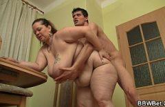 أنا أحب أن أمارس الجنس مع والدتي على ظهرها