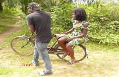 يركب دراجة على امرأته السوداء ثم يضاجعها بشدة