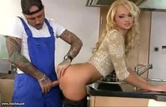 ممارسة الجنس مع شقراء مارس الجنس في المطبخ من قبل عامل