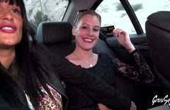 الغجر الجميلين يصنعون أفلامًا إباحية مجانية في السيارة