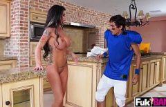ممارسة الجنس في المطبخ مع امرأة سيليكون