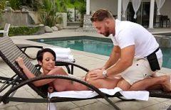 ممارسة الجنس مع محبي الشعر قصير الشعر في حوض السباحة بالزيت
