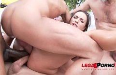 ممارسة الجنس مع كس واسع جدا بين ثلاث ديوك مرة واحدة في حفرة لها