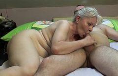 أمي تمتص الديك بعد القليل من الجنس والمشروبات نائب الرئيس