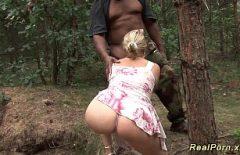 الشقراء التي تمارس الجنس في الغابة