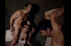 الإباحية مع اثنين من المعتقلين ما فيوت A Tatoasa Blonde في الجوع