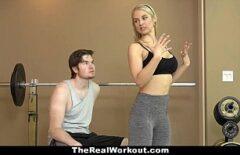 الشقراء بعد التدريب يكافئ المدرب بمباراة جنسية