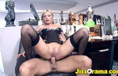 تستخدم المرأة قدميها لفرك ديكه الكبير