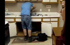 الجنس في المطبخ مع سباك الملاعين امرأة سمراء في الحمار