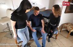 في مصفف الشعر ، يمارس الجنس مع اثنين من ميلف بشدة مع عميل جميل